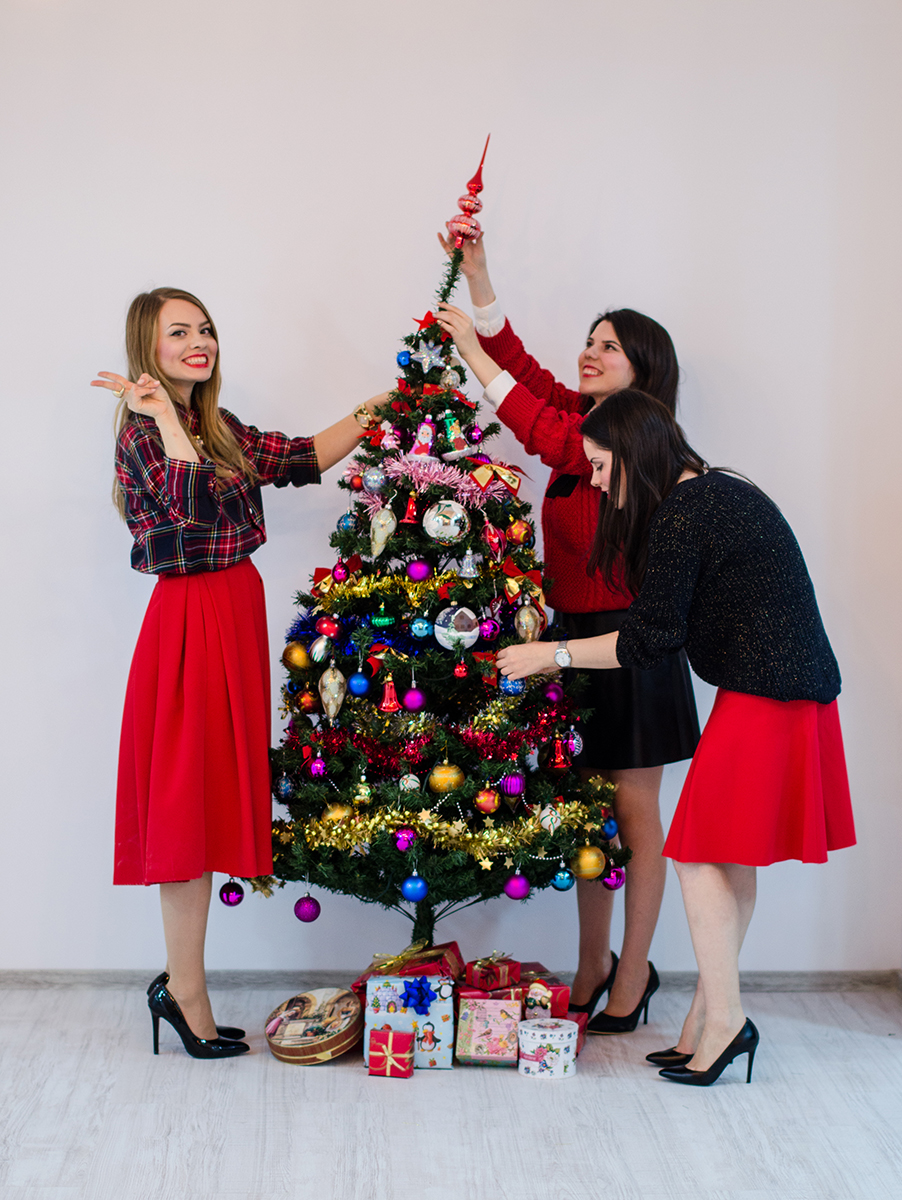 christmas-tree-outfit-red-happy-friends