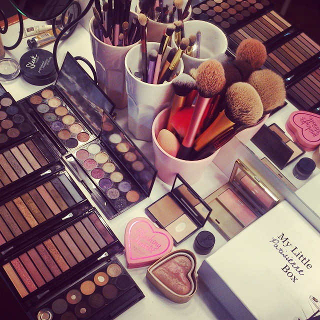 Christmas parties are already here so let's get to work! #makeup #mua #colors #happy #eyeshadow #brushes