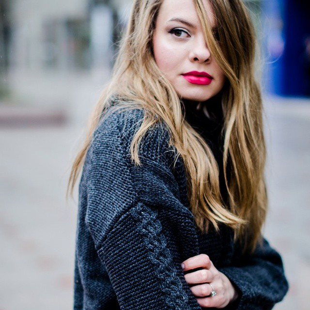 There's a new post on the blog! Go check it out! #linkinbio #blogger #fashion #style #ootd #knit #cableknit #winter #grey #redlips