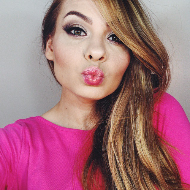 Kiss, kiss!  Always having so much fun while doing my make-up! Now, let's do something with that hair! #pinkwish #makeup #kiss #lotd #motd #beauty #blogger #blonde #pink #getready #vscocam