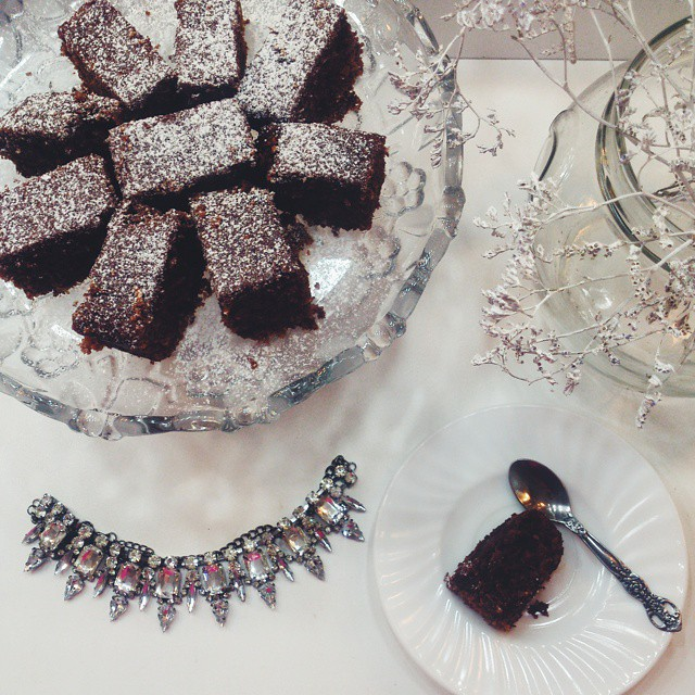 Brownies by @mariescuisinette and a little bit of glam! Happy Friday, people! #pinkwish #sweet #brownie #cake #delicious #necklace #onthetable #flatlay #bestoftheday