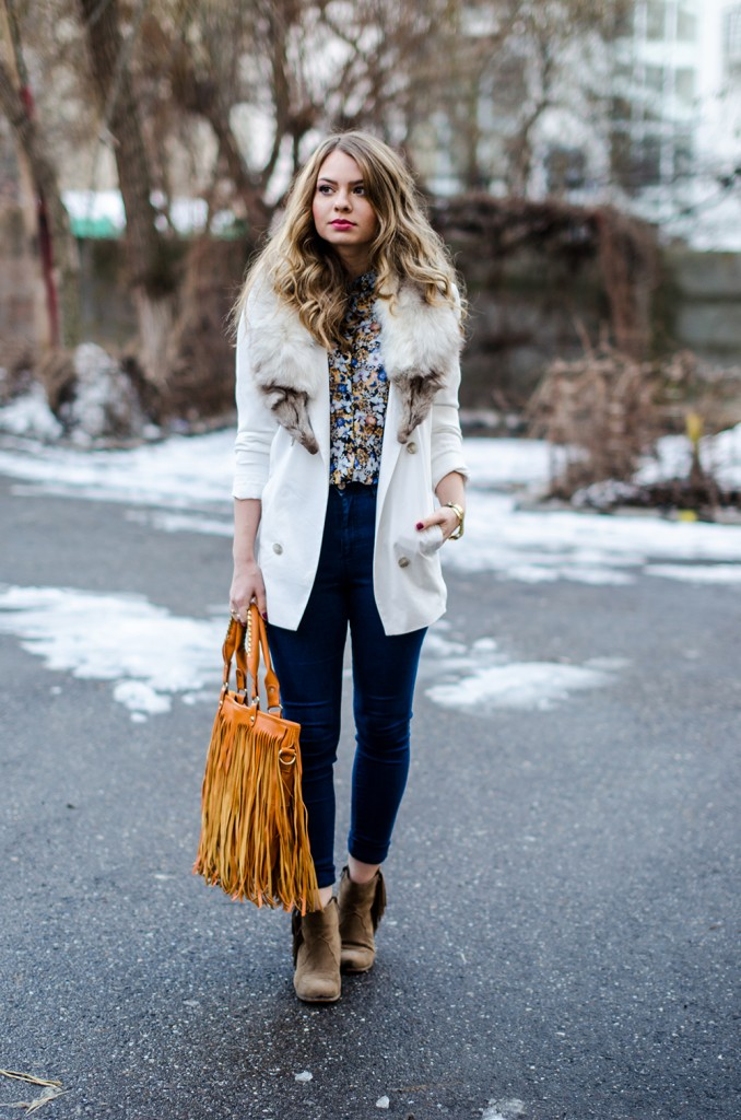 white-blazer-fur-collar-high-waisted-jeans-fringed-bag-suede-boots-floral-shirt 6