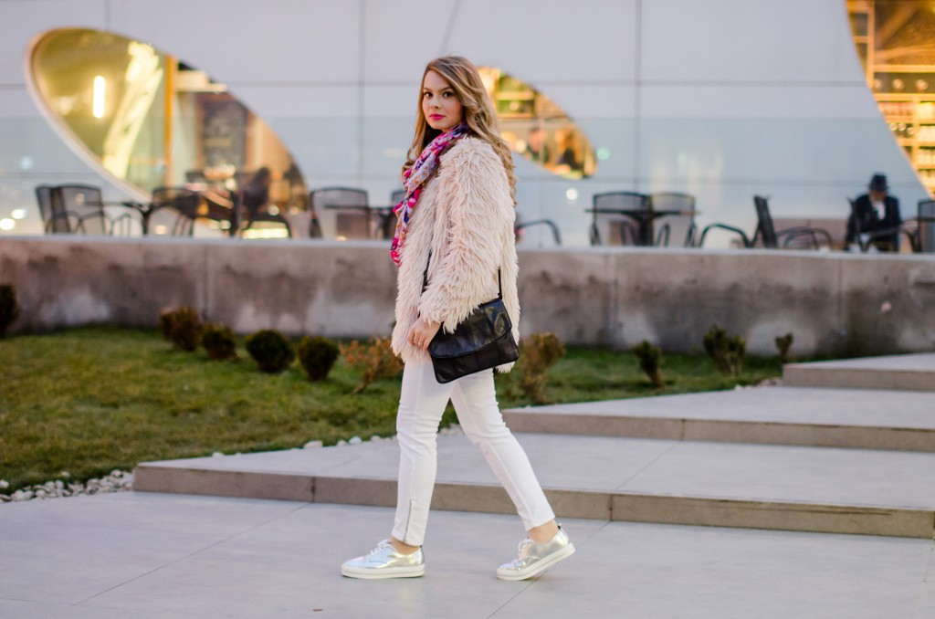 pink-fluffy-coat-white-pants-metallic-sneakers 5