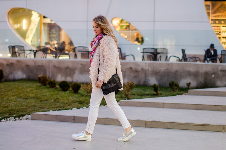 pink-fluffy-coat-white-pants-metallic-sneakers 6