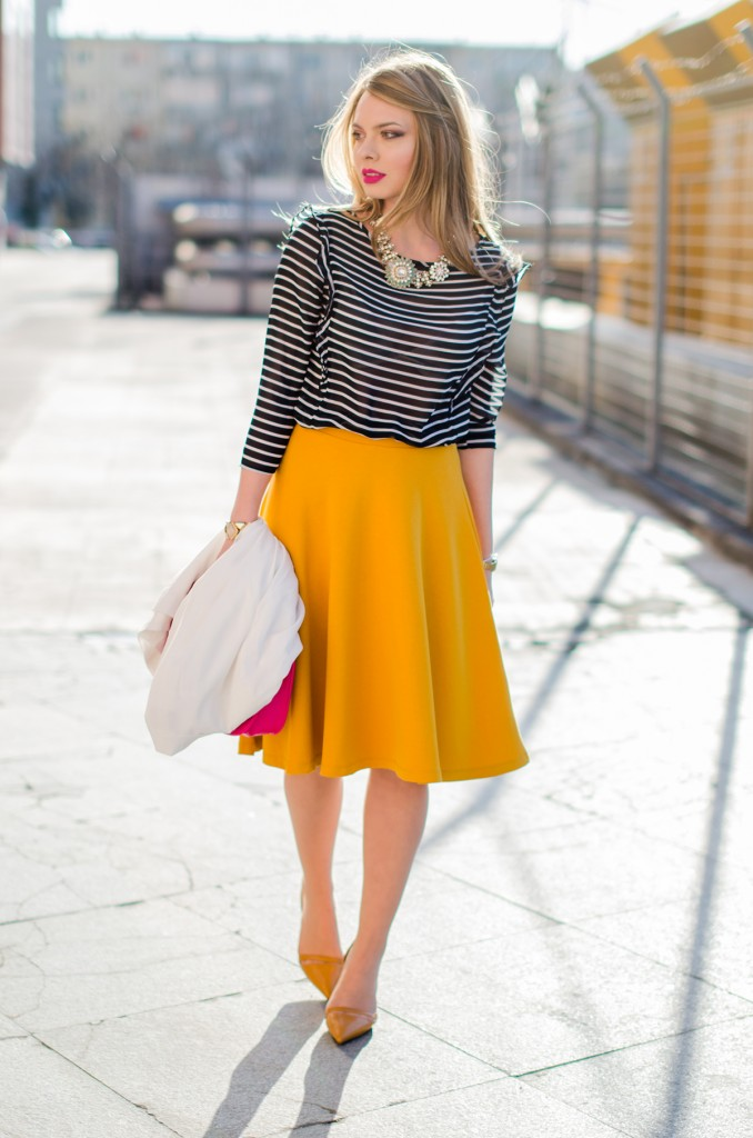 Stradivarius-midi-mustard-skirt-bershka-striped-blouse-white-blazer-pink-bag-outfit (3)