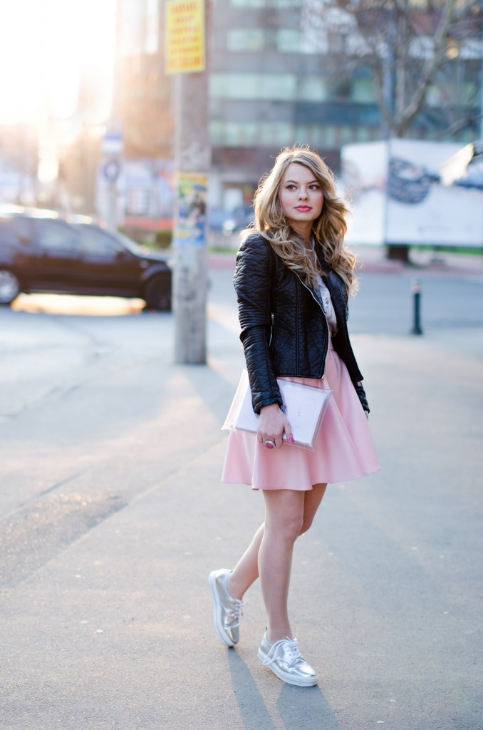 zara-pyjama-blouse-pink-skirt-black-leather-jacket-metallic-sneakers (11)