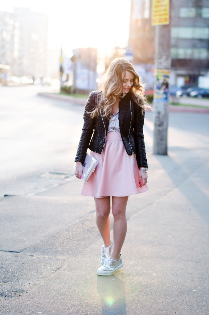zara-pyjama-blouse-pink-skirt-black-leather-jacket-metallic-sneakers (3)
