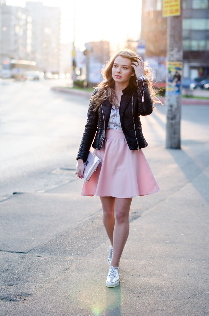 zara-pyjama-blouse-pink-skirt-black-leather-jacket-metallic-sneakers (9)