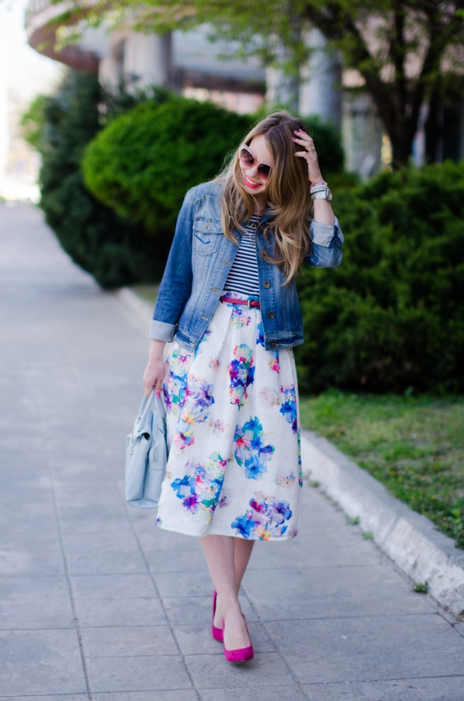 sheinside-floral-midi-skirt-striped-tee-denim-jacket-outfit-pink-shoes-zara-baby-blue-bag (10)