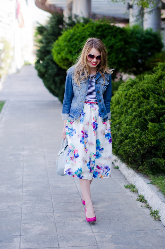 sheinside-floral-midi-skirt-striped-tee-denim-jacket-outfit-pink-shoes-zara-baby-blue-bag (11)