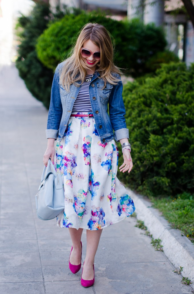 sheinside-floral-midi-skirt-striped-tee-denim-jacket-outfit-pink-shoes-zara-baby-blue-bag (12)