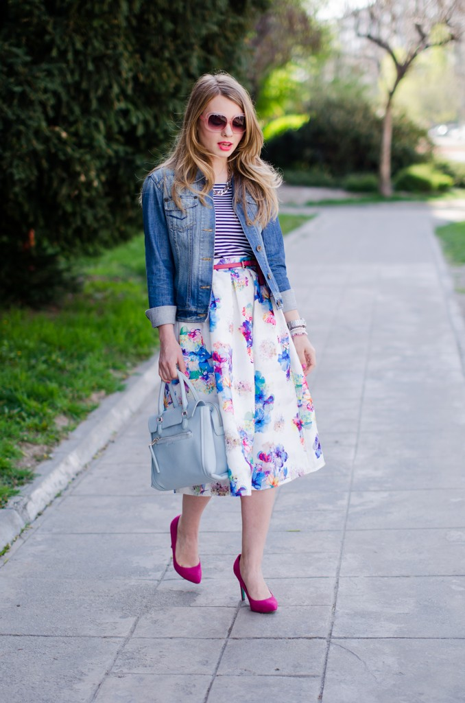 sheinside-floral-midi-skirt-striped-tee-denim-jacket-outfit-pink-shoes-zara-baby-blue-bag (13)