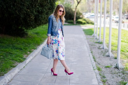 sheinside-floral-midi-skirt-striped-tee-denim-jacket-outfit-pink-shoes-zara-baby-blue-bag (16)