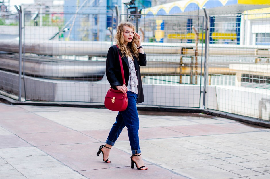 zara-blue-boyfriend-jeans-black-blazer-sandals-red-bag-ruffle-blouse-casual-outfit-fashion-pink-wish (17)