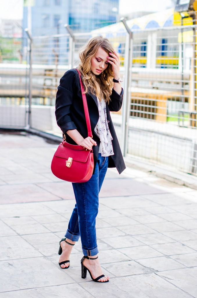 zara-blue-boyfriend-jeans-black-blazer-sandals-red-bag-ruffle-blouse-casual-outfit-fashion-pink-wish (2)