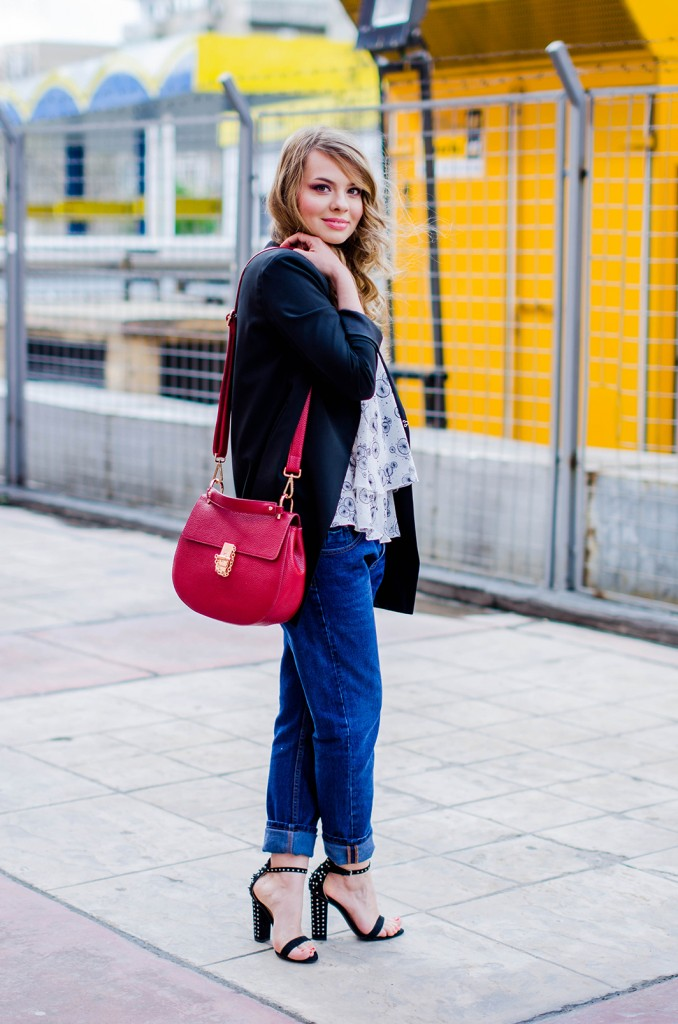 zara-blue-boyfriend-jeans-black-blazer-sandals-red-bag-ruffle-blouse-casual-outfit-fashion-pink-wish (4)