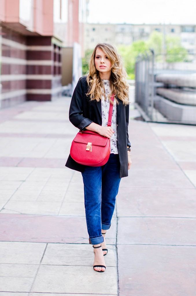 zara-blue-boyfriend-jeans-black-blazer-sandals-red-bag-ruffle-blouse-casual-outfit-fashion-pink-wish (5)