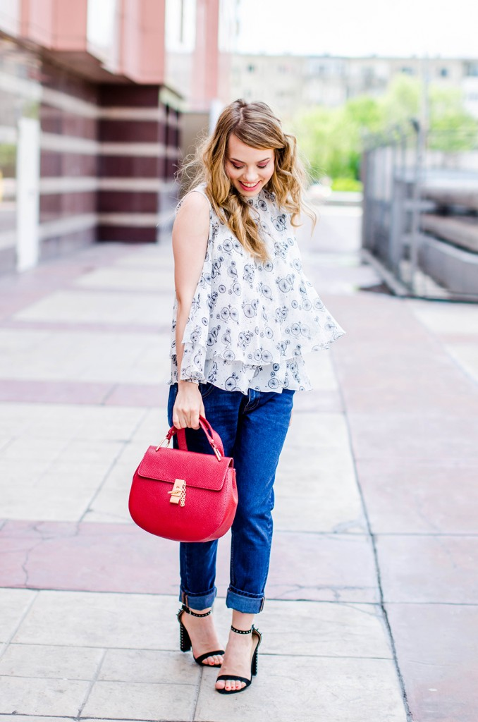 zara-blue-boyfriend-jeans-black-blazer-sandals-red-bag-ruffle-blouse-casual-outfit-fashion-pink-wish (7)