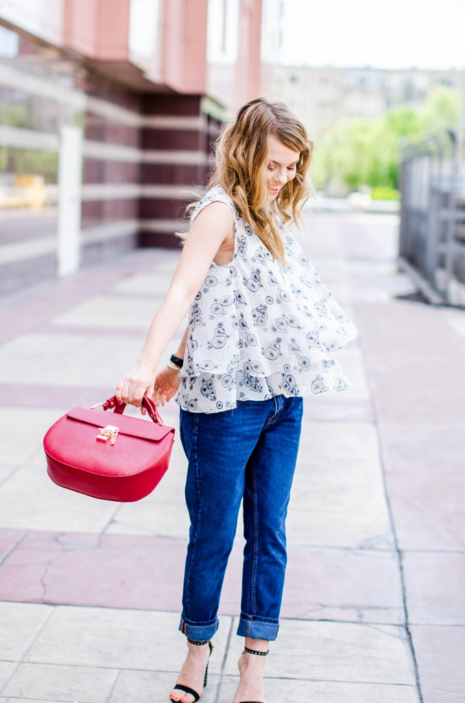 zara-blue-boyfriend-jeans-black-blazer-sandals-red-bag-ruffle-blouse-casual-outfit-fashion-pink-wish (8)