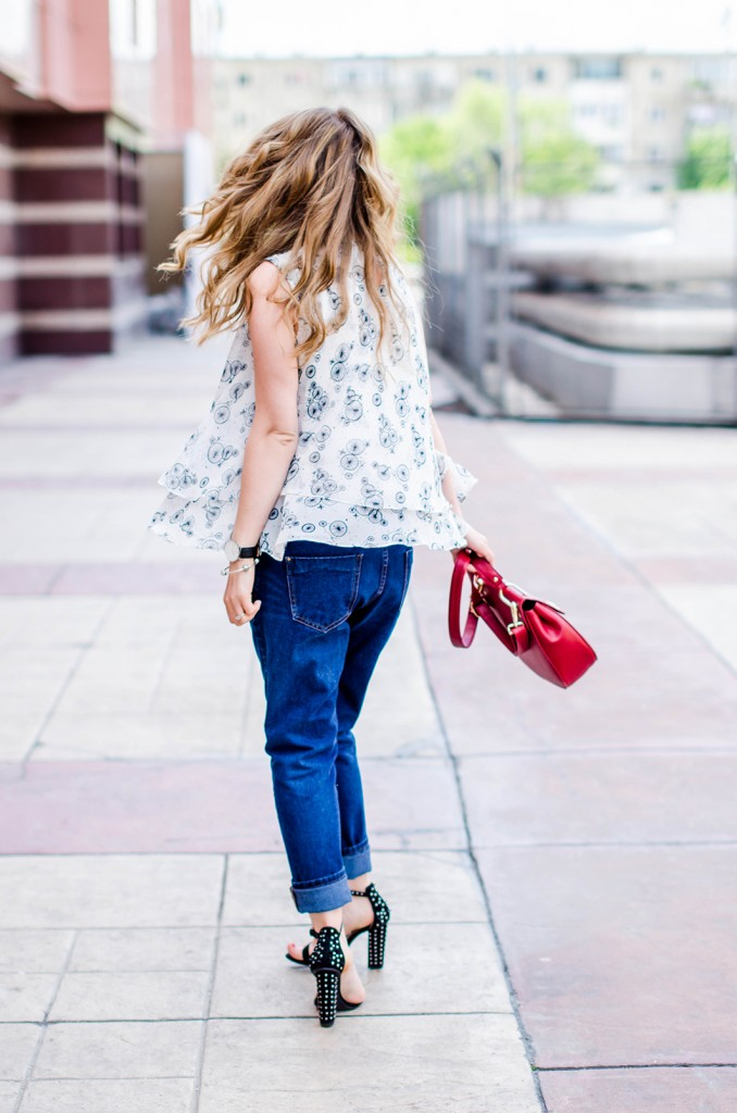 zara-blue-boyfriend-jeans-black-blazer-sandals-red-bag-ruffle-blouse-casual-outfit-fashion-pink-wish (9)