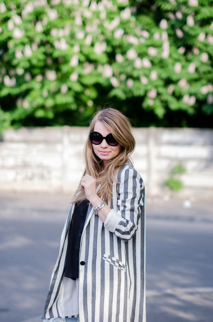 zara-striped-blazer-ripped-white-pants-silver-metallic-sneakers-bershka-zara-baby-blue-bag-outfit-fashion (2)