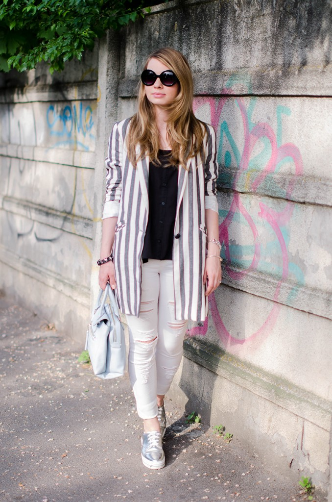 zara-striped-blazer-ripped-white-pants-silver-metallic-sneakers-bershka-zara-baby-blue-bag-outfit-fashion (3)