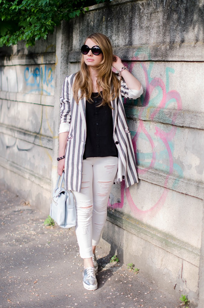 zara-striped-blazer-ripped-white-pants-silver-metallic-sneakers-bershka-zara-baby-blue-bag-outfit-fashion (4)