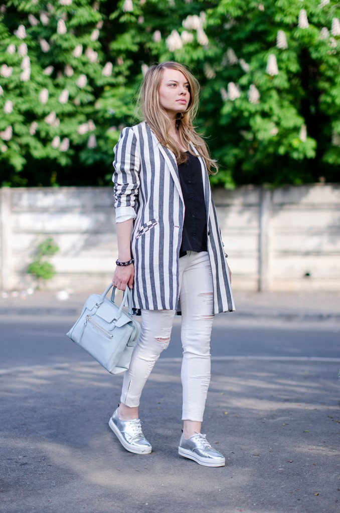 zara-striped-blazer-ripped-white-pants-silver-metallic-sneakers-bershka-zara-baby-blue-bag-outfit-fashion (7)