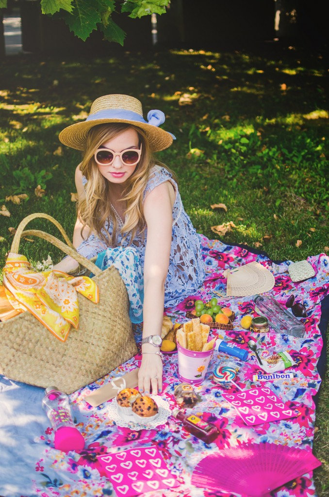 shein-blue-lace-dress-straw-hat-picnic-romantic-style-fashion-zerouv-sunglasses (5)