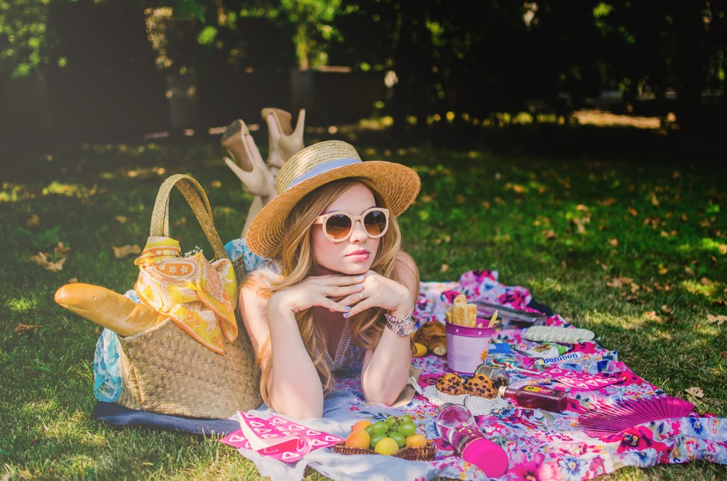shein-blue-lace-dress-straw-hat-picnic-romantic-style-fashion-zerouv-sunglasses (6)