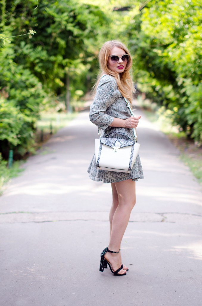 Black-and-white-vero-moda-dress-zara-black-sandals-zaful-snake-tote-bag-outfit-fashion (3)