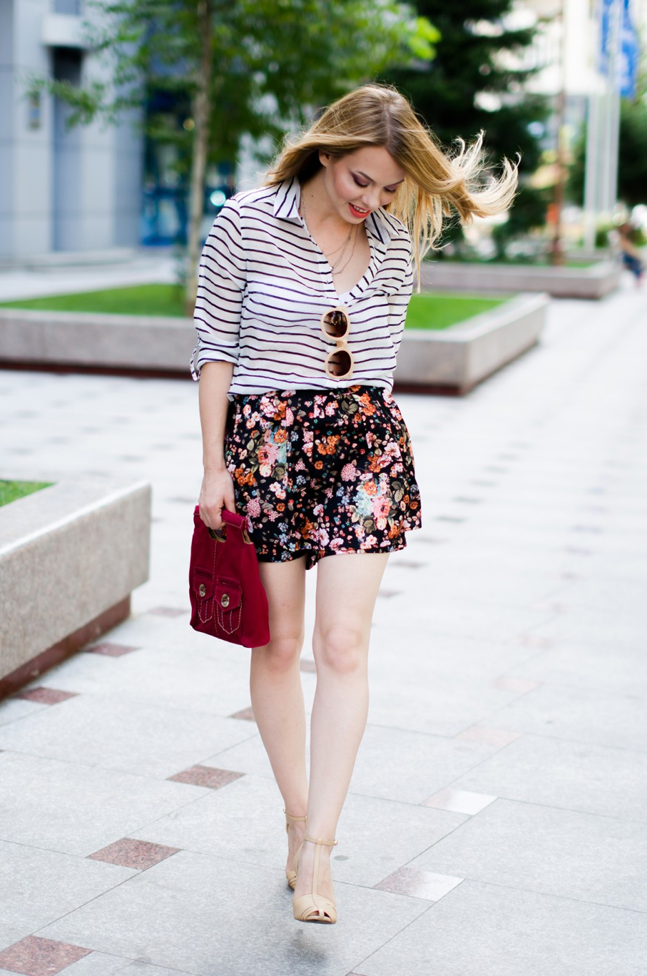 stradivarius-floral-skirt-striped-shirt-zerouv-sunglasses-outfit-fashion-zara-beige-sandals (2)