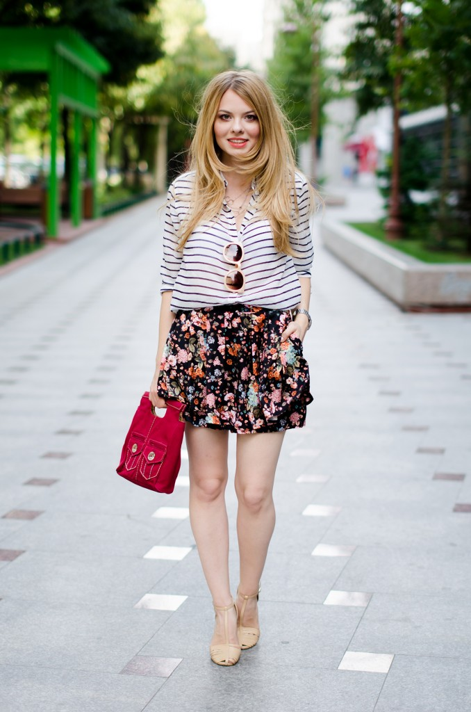 stradivarius-floral-skirt-striped-shirt-zerouv-sunglasses-outfit-fashion-zara-beige-sandals (5)