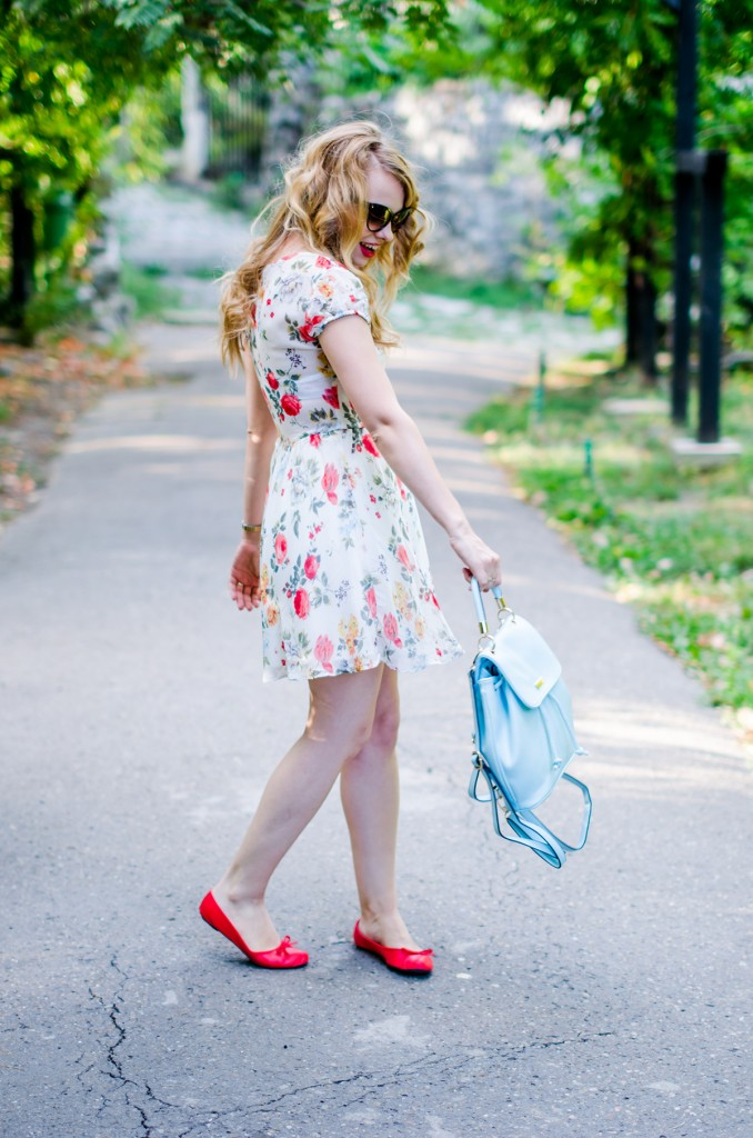 zara-floral-dress-zaful-baby-blue-backpack-zerouv-cateye-sunglasses-red-flats (13)