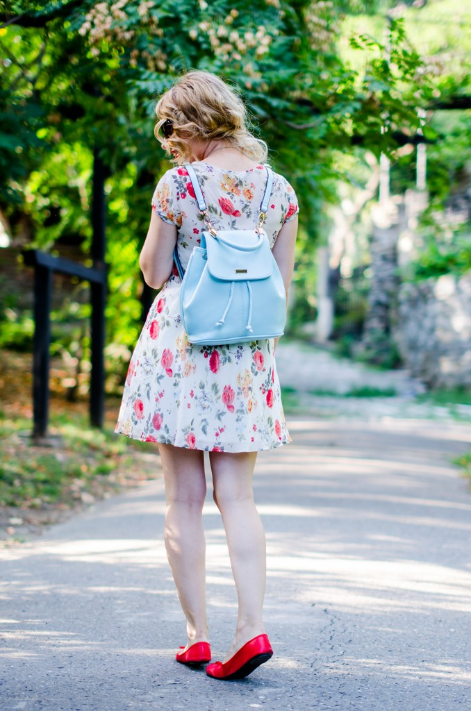 zara-floral-dress-zaful-baby-blue-backpack-zerouv-cateye-sunglasses-red-flats (2)