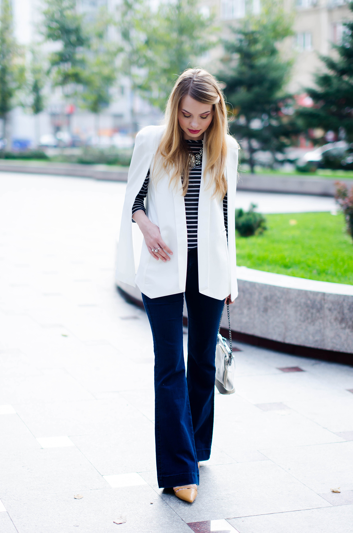 flared-jeans-stripes-white-cape-jacket (2)
