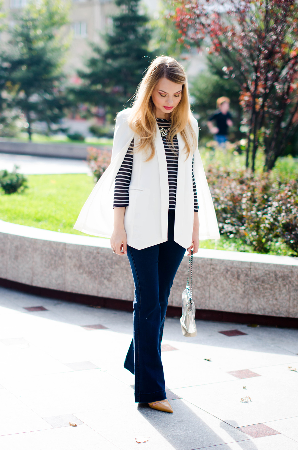 flared-jeans-stripes-white-cape-jacket (8)
