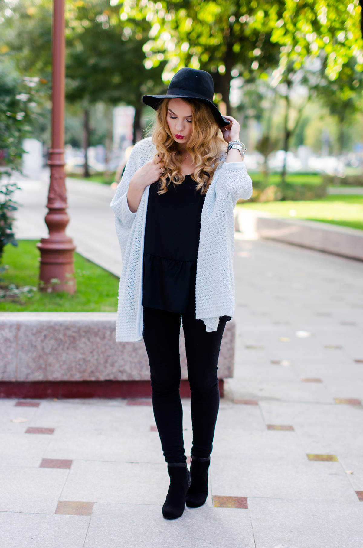 vero-moda-blue-fluffy-cardigan-black-outfit-hat-curls (1)