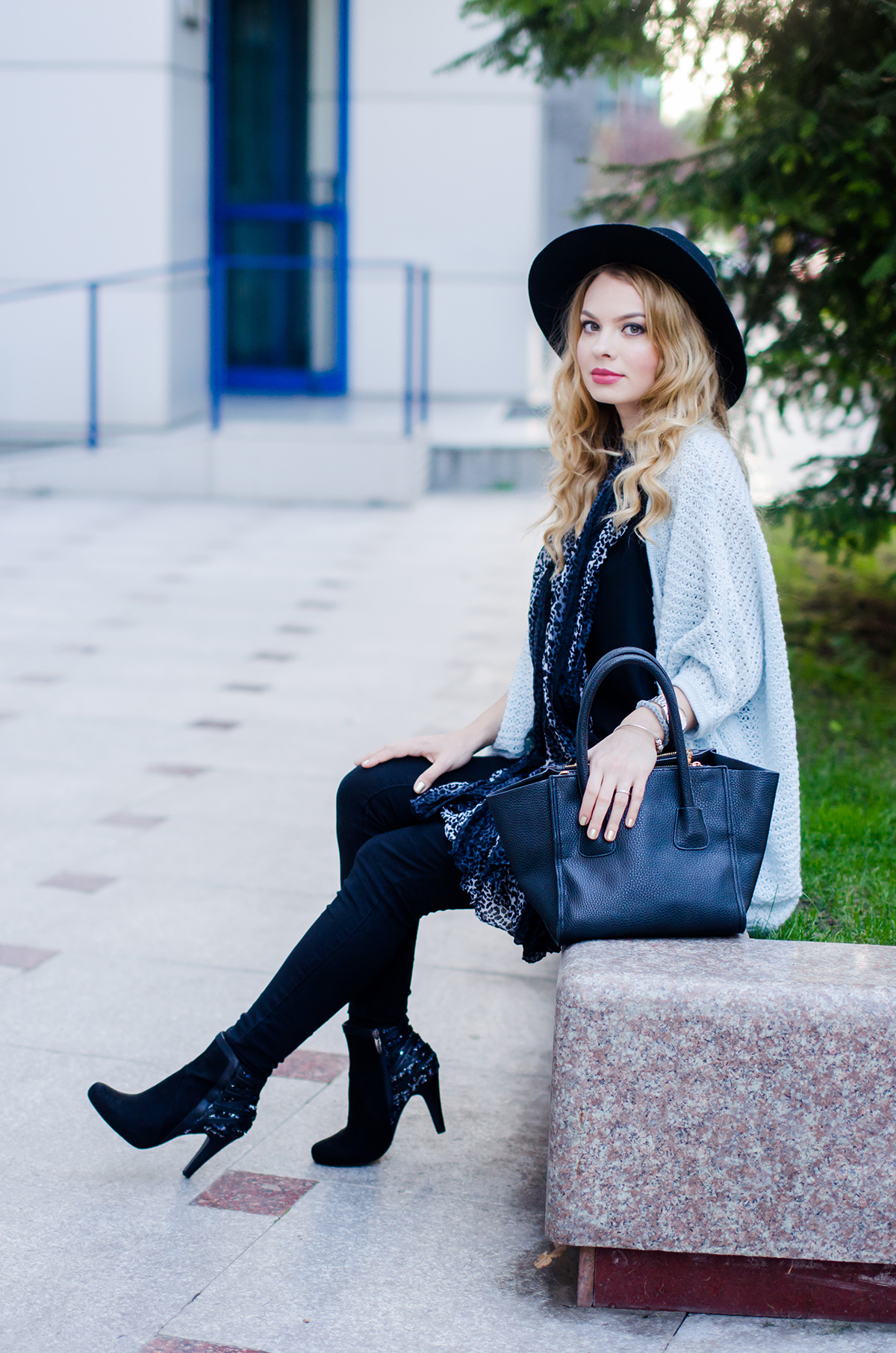 vero-moda-blue-fluffy-cardigan-black-outfit-hat-curls (11)