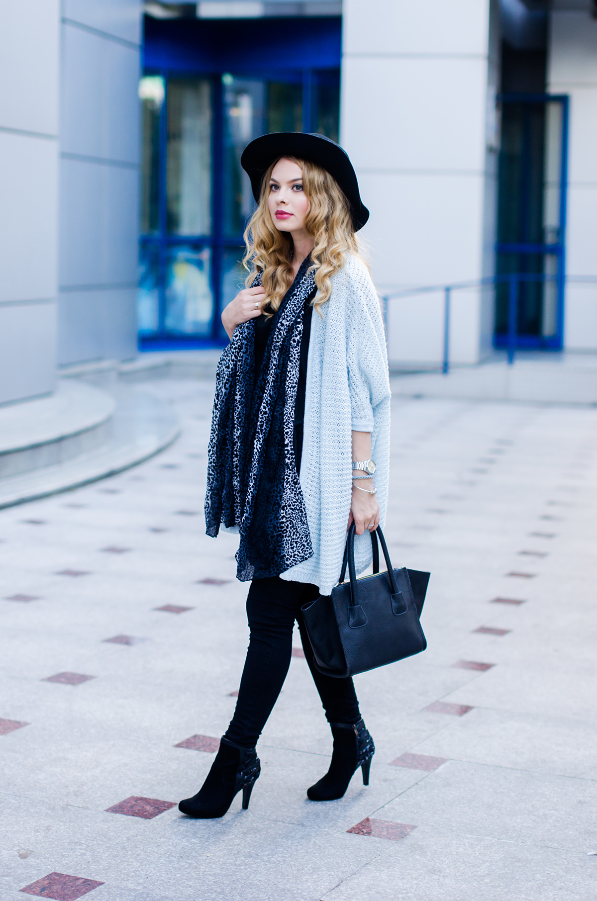 vero-moda-blue-fluffy-cardigan-black-outfit-hat-curls (4)