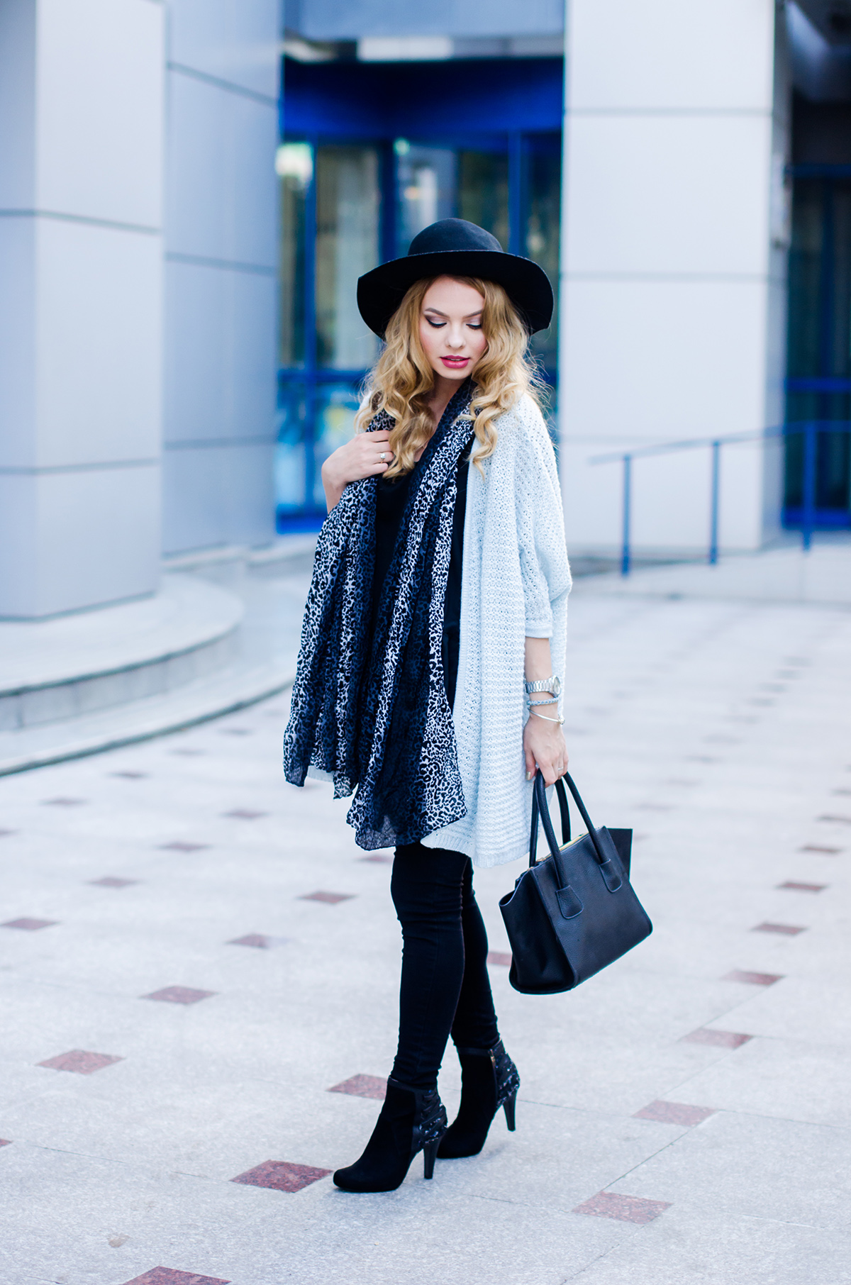vero-moda-blue-fluffy-cardigan-black-outfit-hat-curls (5)