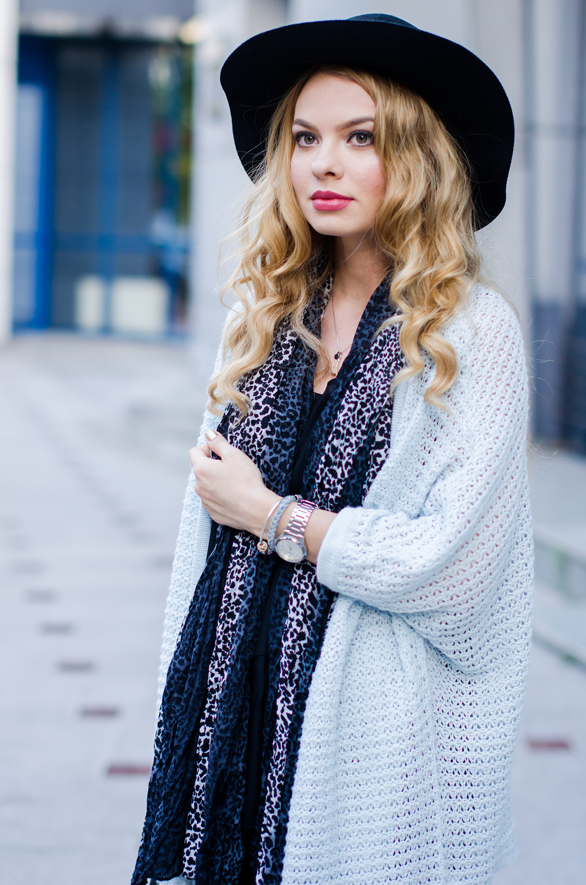 vero-moda-blue-fluffy-cardigan-black-outfit-hat-curls (7)
