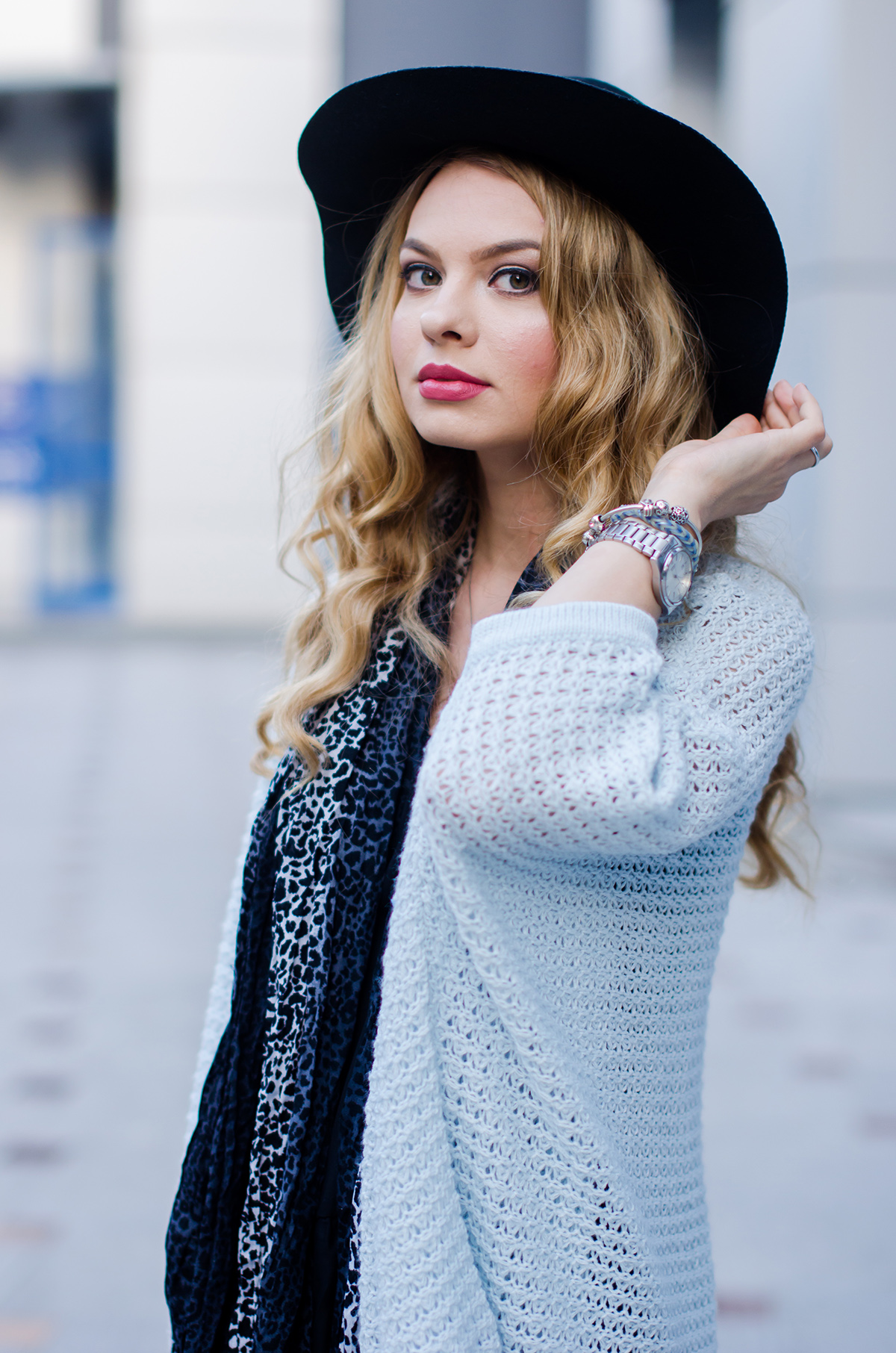 vero-moda-blue-fluffy-cardigan-black-outfit-hat-curls (8)