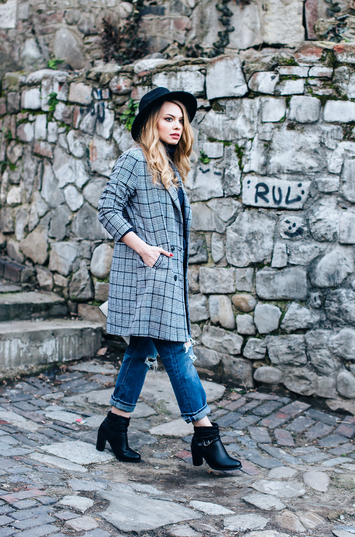 ripped-boyfriend-jeans-turtleneck-ankle-boots-black-hat-grid-coat (10)