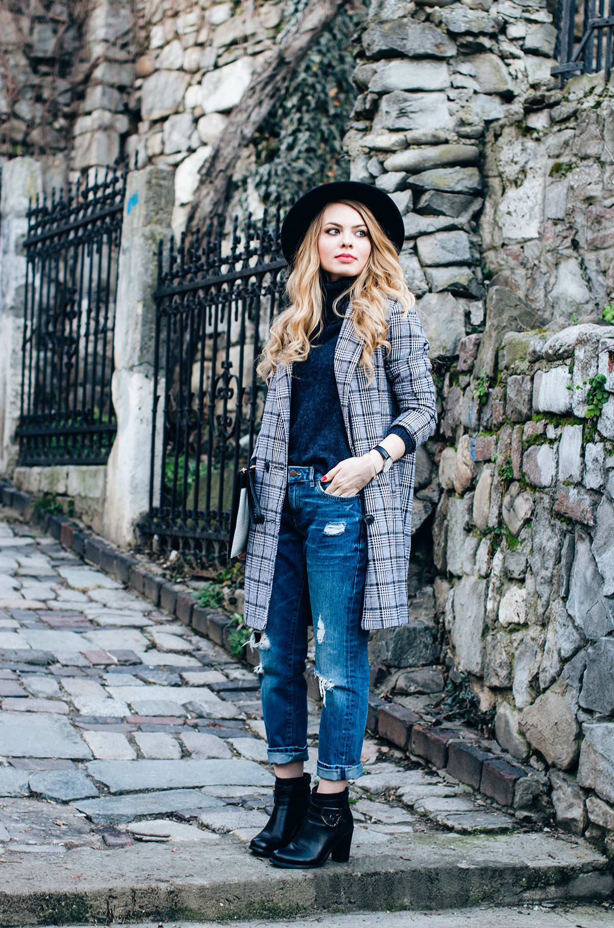 ripped-boyfriend-jeans-turtleneck-ankle-boots-black-hat-grid-coat (3)
