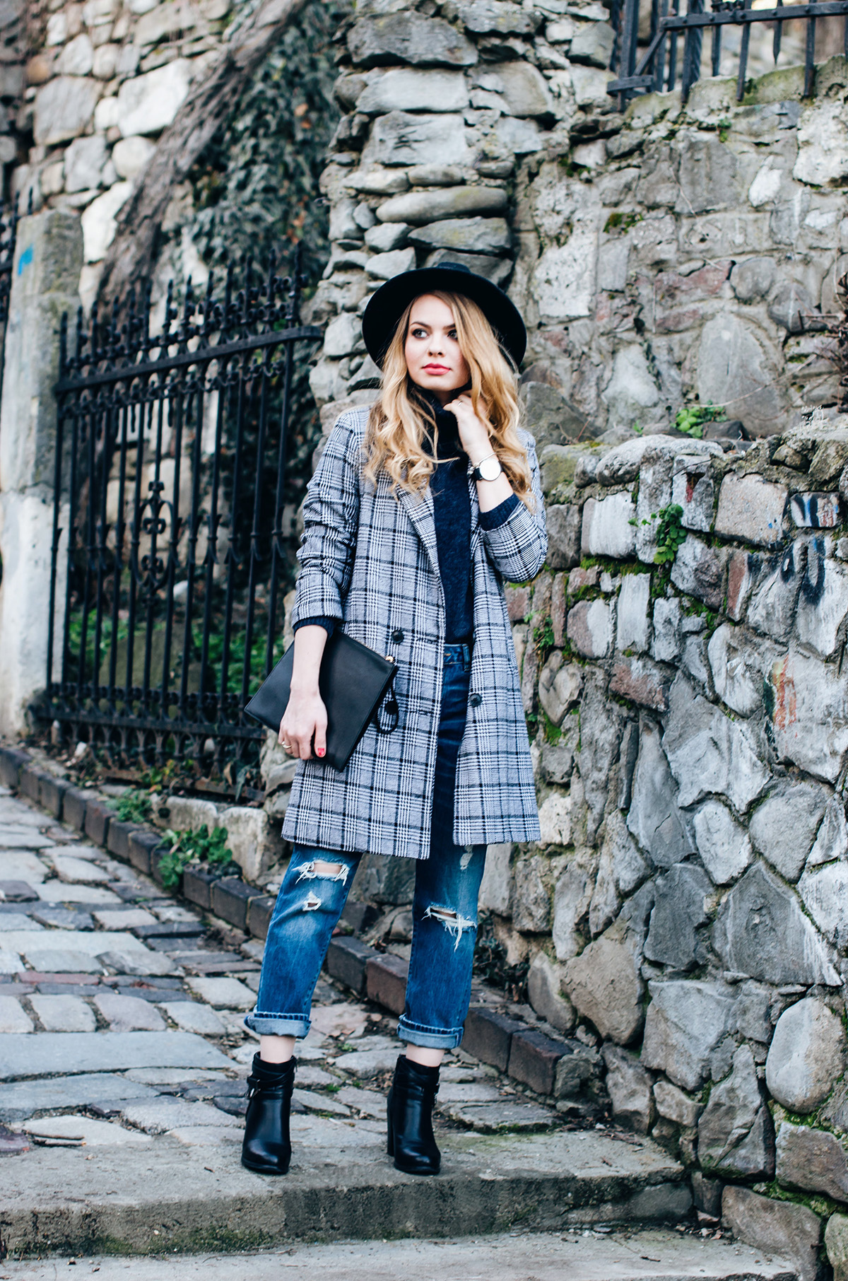 ripped-boyfriend-jeans-turtleneck-ankle-boots-black-hat-grid-coat (4)