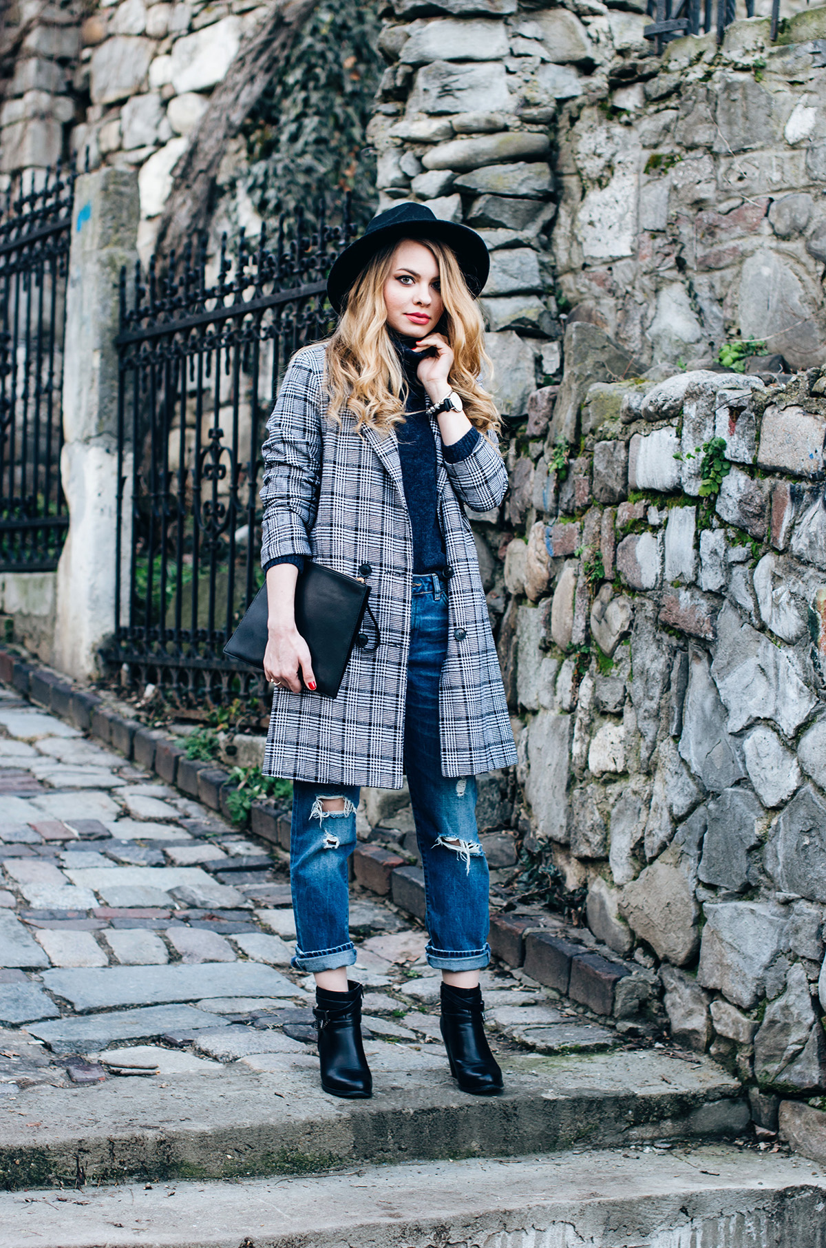 ripped-boyfriend-jeans-turtleneck-ankle-boots-black-hat-grid-coat (5)