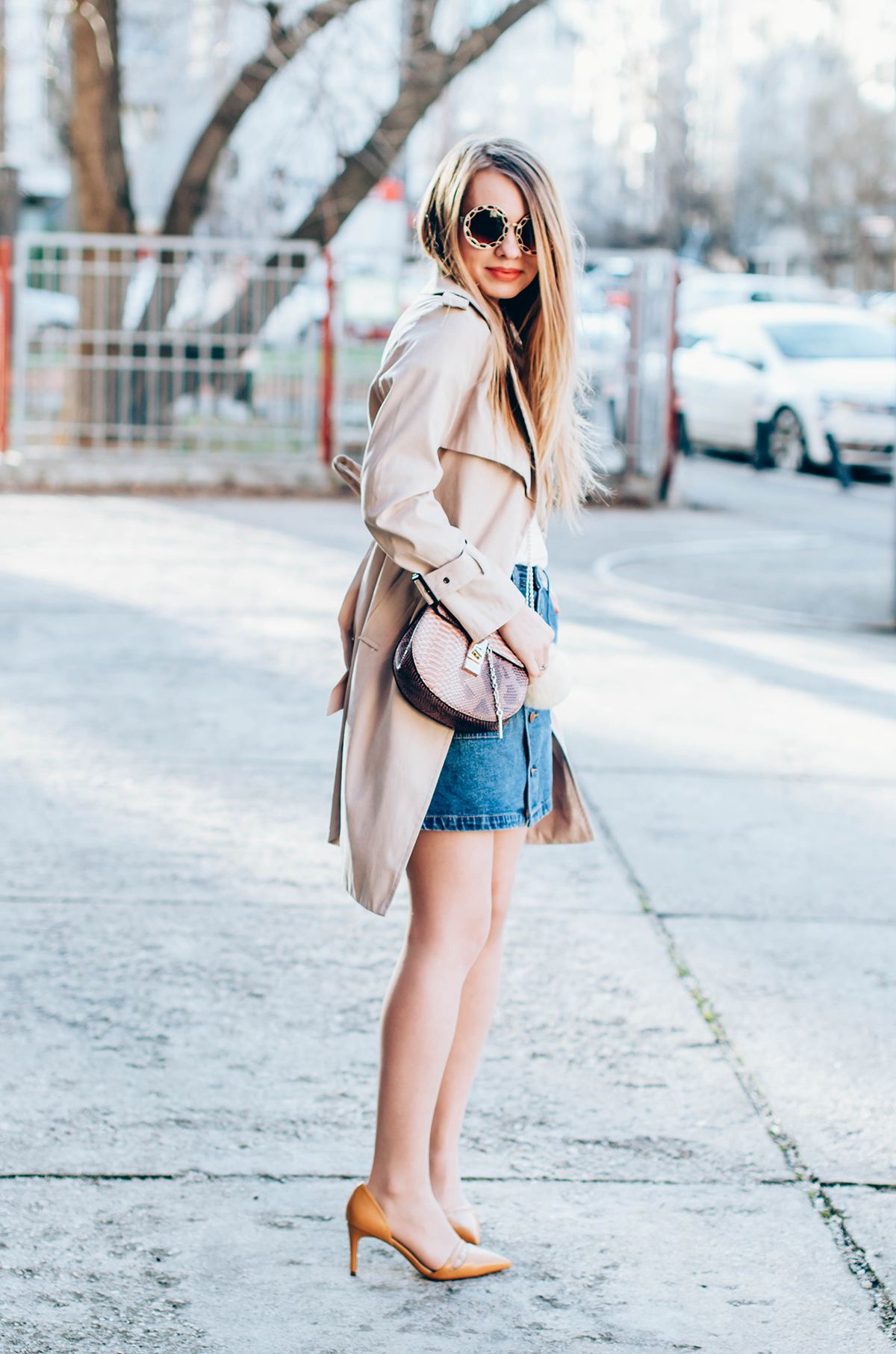 shein-buttoned-denim-skirt-trench-coat-outfit-snake-chloe-bag-fur-pom-pom-outfit (5)