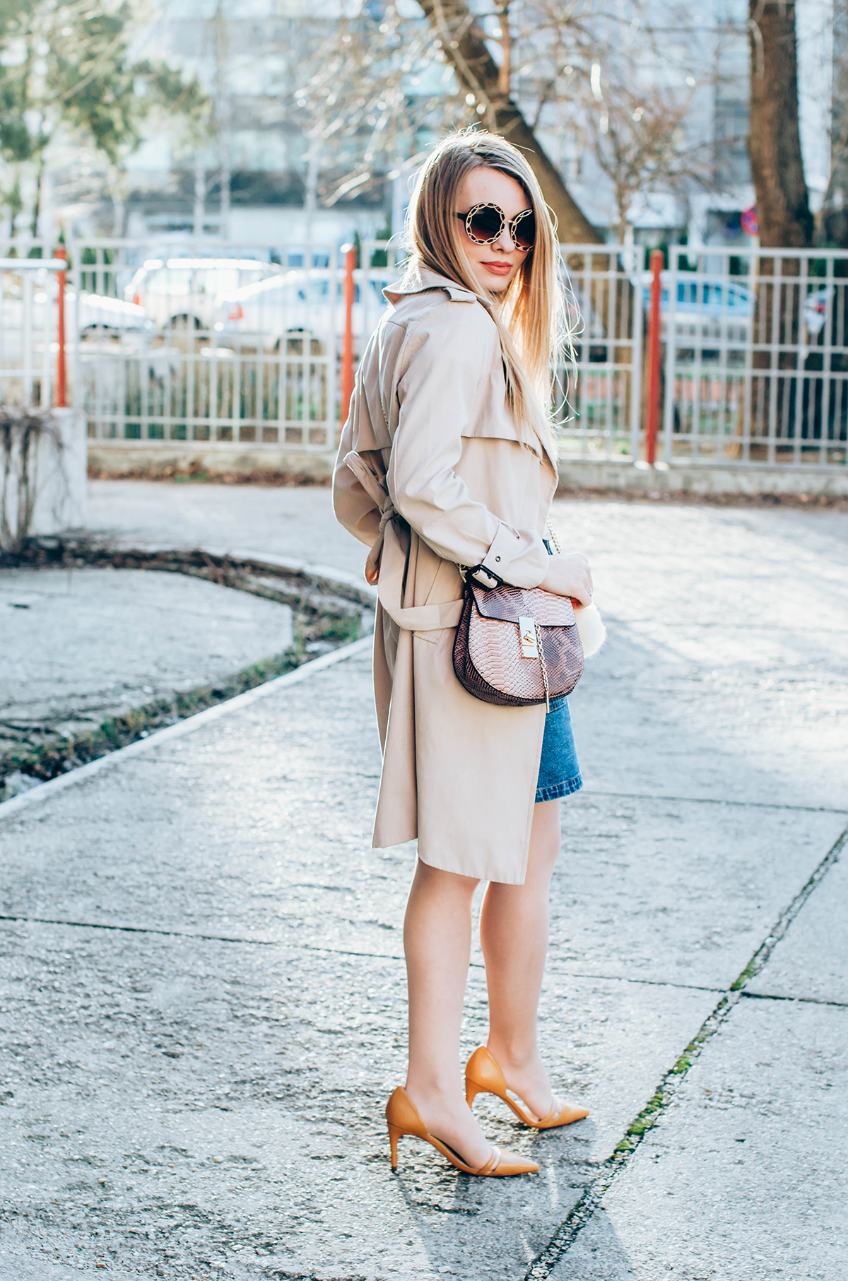 shein-buttoned-denim-skirt-trench-coat-outfit-snake-chloe-bag-fur-pom-pom-outfit (9)