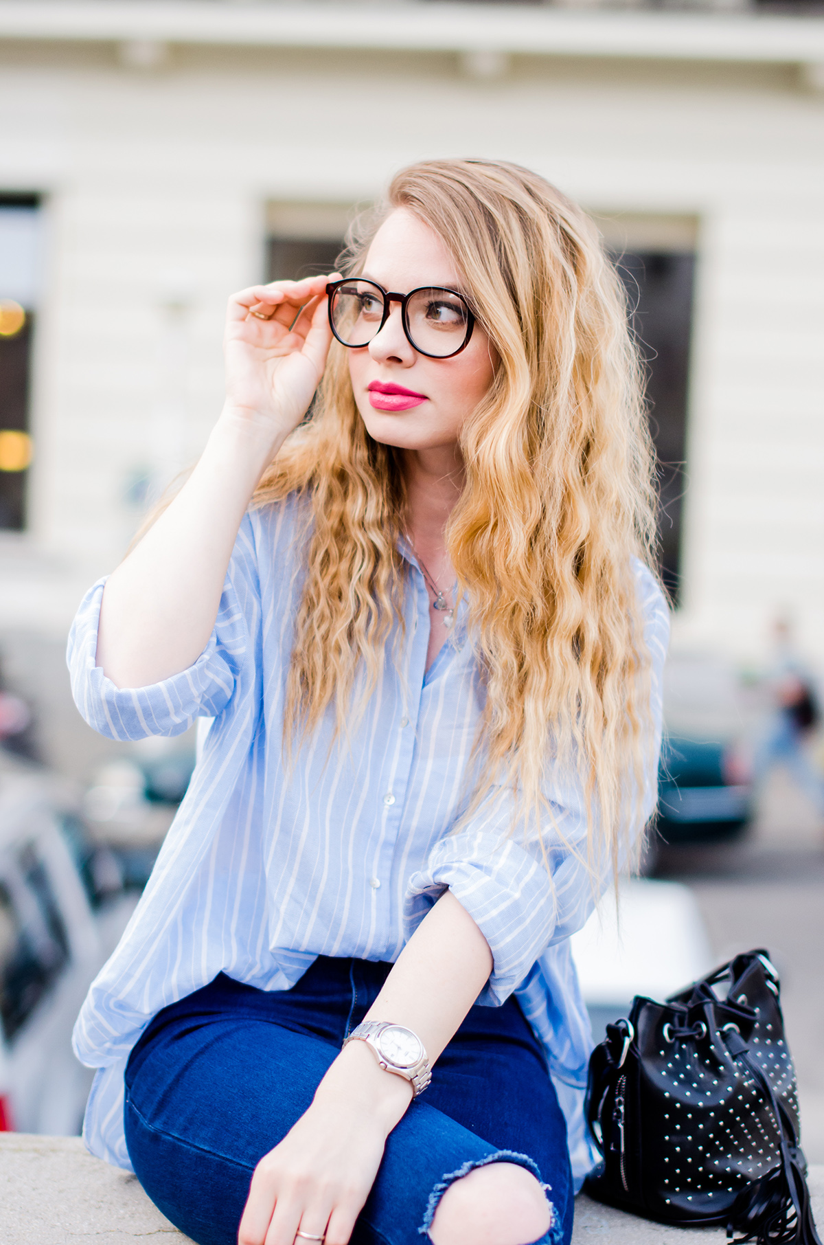 relaxed-outfit-oversized-shirt-ripped-jeans-geek-glasses (6)